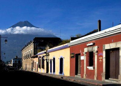 Calle de Antigua y volcan del Agua / Antigua city and Agua volcano, Guatemala.