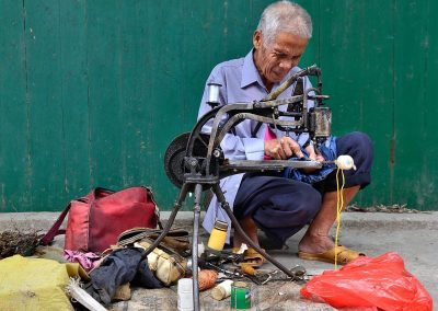 Sastre callejero / Street tailor, Village in southeast China.