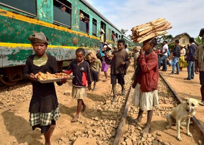 Vendedores en el Tren de la selva / sellers on the jungle train, Madagascar.