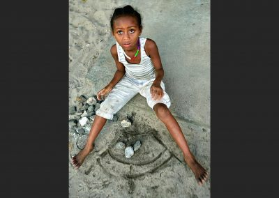 Niña y juego / Girl and game, Village in Madagascar