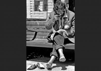 Mendigo y su lectura / Beggar and his reading, Spain.