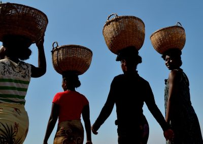 Mujeres porteadoras / Girls in Nosy Be, Madagascar.