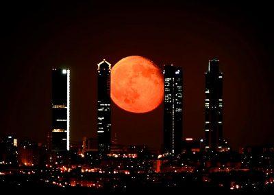 Cuatro torres y luna, Madrid.